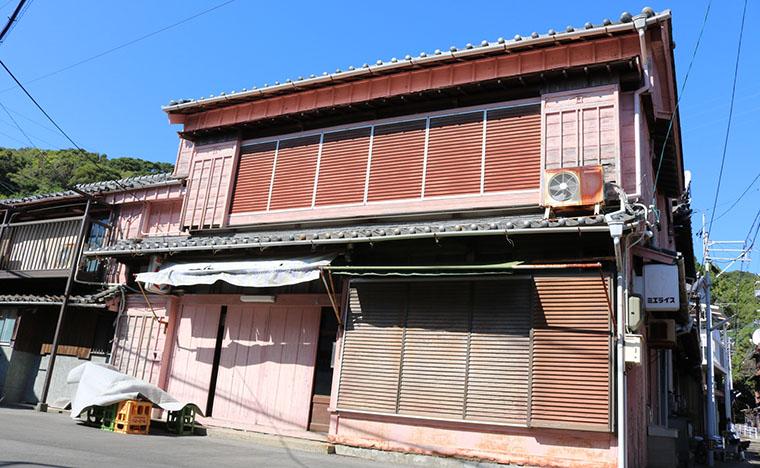 江戸川乱歩の奥さん、お隆さんのお家 ピンク色の壁が目印(?)