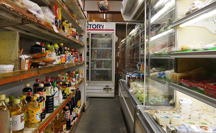島の商店の様子。食べ物は充実。